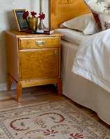 </b>HØY SENG</b> Kappelakenet går nesten til gulvet og skjuler rommet under sengen. På denne måten virker sengen tyngre og lavere. (Foto: Mona Gundersen/ifi.no)