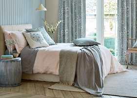 <b>ROLIG</b> Hodegavl og sengeskjørt i samme tekstil gir et roligere inntrykk av sengen, som nå møter gulvet rundt hele. (Foto: INTAG)