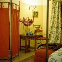 Skjermbrett hører den gammeldagse stilen til, og fungerer ypperlig som romdeler og som garderobe på soverommet.