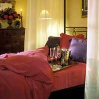 Vi har redd sengen med rød silke, og lekrere kan det neppe bli.