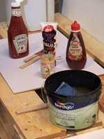 Ketchup og syltetøy hører til på benken. Med barn i huset kan det lett havne på veggene.
