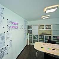 Ved å henge opp viktige dokumenter rett på veggen får du orden og god oversikt på kontoret.