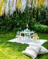 En fargerik omgivelse gir barneselskapet ekstra energi. Med spreke farger på møbler og tilbehør som matcher festens tema, blir hagefesten vellykket.