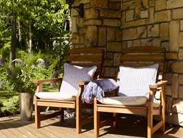 <b>SOMMERDRØM:</b> Sunne og friske tremøbler på terrassen er ren nytelse. Ekspertene mener årlig vask og riktig olje er oppskriften på et langt liv.