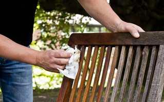 <b>VIKTIG VEDLIKEHOLD:</b> – Ta en runde med møblene når du beiser terrassen, sier Thomas Thenau hos Woca. Vedlikehold er like viktig på tremøbler som på treterrasse.
