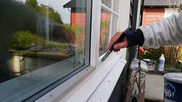 FLEKKE: Når impregneringen er tørr, er vinduet klart for flekkgrunning og senere flekkmaling.
