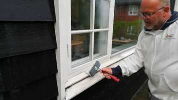 VASK: Start med en grundig vask, det kan skjule seg mye sprekker og løs maling under støv og skitt.