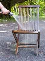 <b>ÅRLIG:</b> Den årlige vasken er viktig for at tremøblene skal holde seg pene lenge.