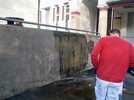 Her er det vanskelig å fjerne taggen siden underlaget er teglstein og betongvegger.
