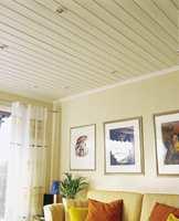 Malte tak fuges med en overmalbar elastisk fugemasse mellom tak og listverk. Det er en smaksak hvorvidt fugen skal forsvinne