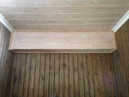 Jeg har denne kassen ved taket, og er usikker på hva jeg skal gjøre med den. Bør den behandles på samme måte som veggene eller males som taket?