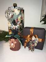 <b>FLERBRUK:</b> Det er mange muligheter med tapetrester, som gaveinnpakning og gavepose til vin.