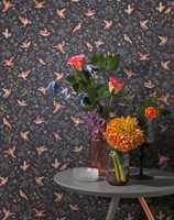 <b>MØRKT:</b> Fra kolleksjonen Petite Fleur fra Borge kommer dette mørke og lekne tapetet. Den mørke bunnfargen bidrar til at mønsteret ikke blir masete.