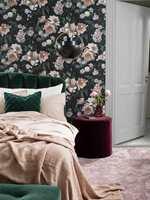 <b>HELHET:</b> La fargene i tapetet bestemme farger på andre interiørdetaljer, som tepper, sengetepper, puter, nattbord, etc. Tapetet er New Dawn Rose fra kolleksjonen inBloom fra Borge.