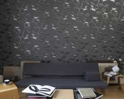 Blomsterranker med sølveffekter på gråsort bakgrunn er både raffinert, trendy og nytt i Norge. . (INTAG)