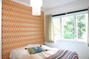 Mønstrede tapeter i friske farger frisker opp rommet. Dersom du har glassfiberstrie på veggen, er det ikke mulig å tapetsere rett på - men det finnes enklere løsninger enn å helsparkle veggen. Underlagsduken blir også kalt sparkel på rull, og gir et godt underlag for både tapet og maling.