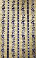 Kommersiell suksess:  Midt på 1800-tallet begynte tapettrykkere i Norden virkelig å kunne tapetkunsten og utenlandsk import avtok. Dessuten startet maskintrykk med valser hvor én valse var én mønsterrapport. Tapet ble billigere og kvaliteten på trykken langt på vei lik. Nå startet man også å lage papir av tremasse istedet for tekstiler, noe som også førte til at prisen gikk ned. På 1870-tallet kom tapet i mange stuer, kjøkken og entréer for de som ønsket det. De skiftet ofte fordi det så som så med holdbarheten på papirtapet.