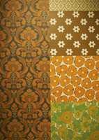 Sterke farger og vinyl: På 1920-tallet kom funkisstilen på mote, men rent teknisk gikk tiårene uten de helt store forandringer. På 50-tallet ble fondvegger populære. På bildet har vi forflyttet oss over til 70-tallet og nå skjedde ting fort: Etter en lang grå periode kom de sterke farger i brunt, oransje og grønt i storblomstrede mønstre, men fremfor alt - vinyltapet gjorde sitt inntok med et trykt yttersjikt av pvc. Det gjorde tapetene langt mer holdbare og lettstelte; vinyltapet ble storselgere på 70-, 80- og 90-tallet. Tapetprodusentene satset nå langt mer på formgivere og konkurransen i markedet økte. Inspirasjon ble hentet fra nye, kunstneriske miljøer - blant annet amerikansk popkunst.