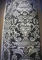 Århundrenes historie: En av de tidligste tapeter på utstillingen - en stofftapet funnet i Dalarne som både er trykket på papir og vevd. Stoffet har derimot ikke tålt tiden og har falt av. Trenden er derimot tidløs - sort/hvitt med store ornamenter.