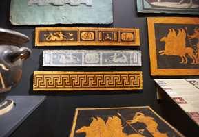Begynnelsen av 1800-tallet: En historisk stil var høyaktuell over hele Europa; det antikke ble moderne med mønster i etruskisk og gresk stil, funnet i graver i Italia fra år 400 f.Kr. Og som vi ser - bordene har kommet.