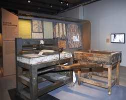 Tapetverksted: Slik ble tapet produsert - som ark i blokktrykk, her gjenskapt på tapetutstillingen i Nordiska Museet.
