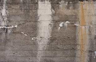 Inspirasjon Interiør melder at de selger mye av de røffe tapetene med utseende av betong eller mur.