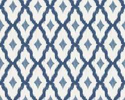 Tekstiltapetkolleksjonen Silk Road fra Storeys har flere blå design som kan kle ulike stiler. Her et ikatmønster i blått og hvitt, som kan kle både det landlig romantiske og et mer moderne interiør.