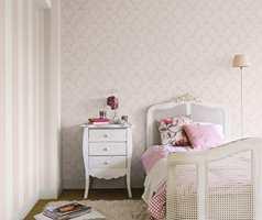 Dempet rosa og hvitt i kombinasjon med arvemøbler gir en romantisk og landlig atmosfære som appellerer til mange unge damer.