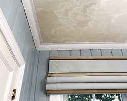<b>TAPET:</b> Det finnes andre alternativer enn å male taket. Hva med å plukke ut et tapet du liker? Det finnes mange gode alternativer for soverom. (Foto: Jan Larsen/ifi.no)