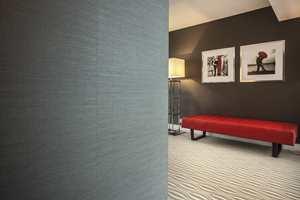 Tåler en støyt: Et kraftig vinyltapet tåler støyten fra kofferter og annet når folk haster av gårde i hotellkorridorene.
