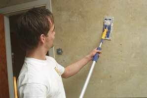 Når all tapet er fjernet, vaskes veggen og slipes med et slipebrett på forlengerskaft.