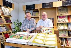 Odd Hovde (t.v.) og Geir Larsen feirer 20-årsjubileum for bedriften Tapethuset.