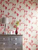 Rødt er spådd å bli en av neste års store farger. Her er noen vakre blomster fra Harlequin/Tapethuset.