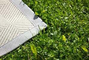 Det finnes et stort utvalg av tepper som kan brukes utendørs. Tapethuset tilbyr, gjennom Maria Flora, både tepper i rolige nøytrale farger, samt tepper i farger som spriter opp uteplassen.