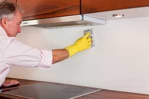 En grundig rengjøring er viktig for å sikre heften.