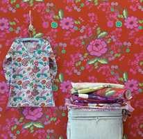 Gjør høsten mer fargerik med en glad blomstertapet fra Astex som passer for eksempel i en stue, gang eller et barnerom.