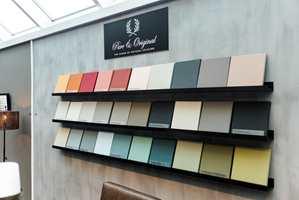 <b>FARGERIKT:</b> I den lille butikken er det satt opp hyller med 30 små lerret som er malt i 30 ulike farger fra fargekartet til Pure & Original. Vegger er også malt med farger fra kartet.