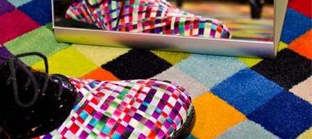 Deler av gulvet til Skomaker Dagestad i Josefines gate i Oslo spruter av farger. Dette er nemlig signaturen til den unge designeren Ingunn Birkeland som har innredet sin egen shop-in-shop hos skomakeren.