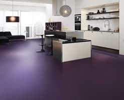 Det samme kjøkkenet ser annerledes ut med mørkt lilla gulv.