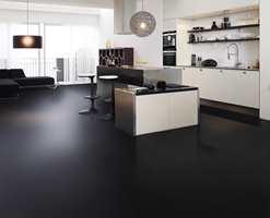 Klassisk sort/hvitt interiør med sort gulvbelegg.