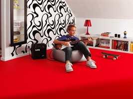 Gutter kan like rødt bedre enn jenter, ifølge Feng Shui. Her med Acczent Acoustic vinylgulv fra Tarkett.