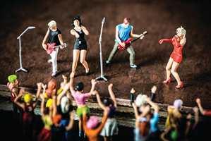 Kunstner Vincent Bousserez har med bittesmå folk på linoleum skapt et antall miniatyrverdener.
