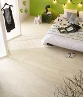 Et vinylgulv som ser ut som hvitbeiset eik kan gi rommet en lett og delikat følelse. Dette er fra Tarkett.