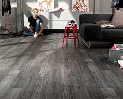 Extra Meleze Metal er et slitesterkt og lettstelt vinylgulv i trendy, svartlasert mønster.