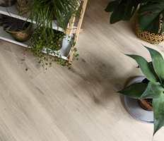 Også tregulvene skal være mer naturlig. Her skal ujevnheter, synlige kvister og fargevariasjoner fremheves, ikke gjemmes bort. Gulvet Heritage fra Atelier-kolleksjonen fra Tarkett.