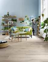 Når du jakter på det perfekte tapetet eller fargen til veggene så er det et sikkert triks å teste dem mot gulvet i rommet som skal fornyes, før du foretar innkjøp.