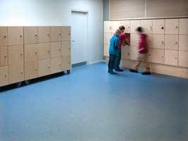 Gulvene er enkle å rengjøre og passer derfor til områder utsatt for skitt og slitasje, slik som skoler.
