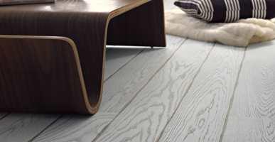 Det er utrolig hva et gulv gjør for rommet og med disse brede gulvbordene får det virkelig karakter.