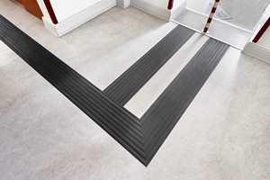 Tarketts taktile kan bli innfelt i eksisterende belegg eller i forbindelse med legging av nytt gulv, og den kan sveises eller fuges til gulvet.