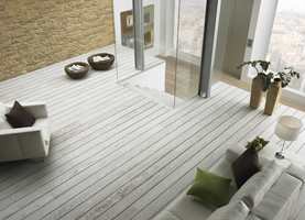 Et matt, lyst tregulv er både trendy, tidløst og stilig. Dette gulvet er fra Tarkett.